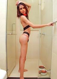 Jell-O freak Mint gets wet and sticky in the shower